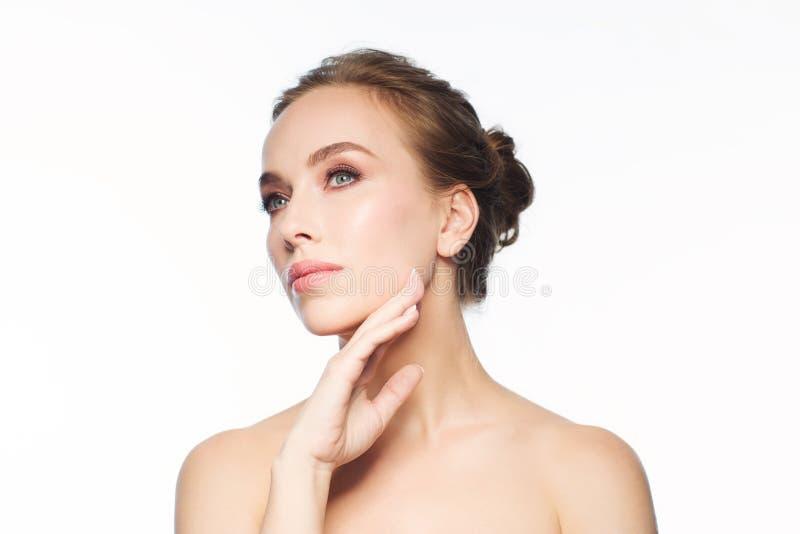 Mooie jonge vrouw wat betreft haar gezicht royalty-vrije stock foto's