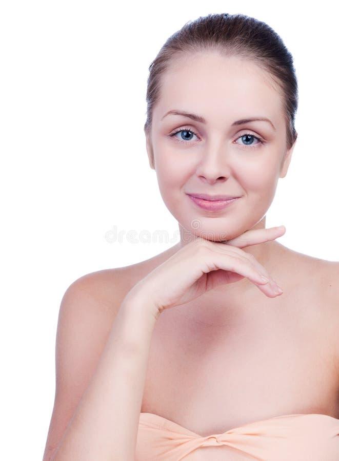 Mooie jonge vrouw wat betreft haar gezicht Verse Gezonde Huid stock fotografie