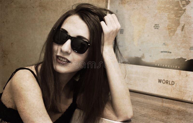 Mooie jonge vrouw, wereldkaart royalty-vrije stock fotografie