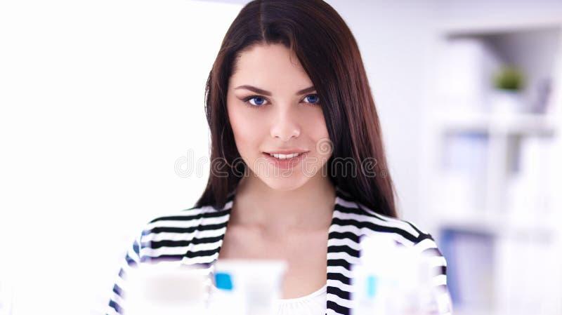 Download Mooie Jonge Vrouw In Winkel Stock Afbeelding - Afbeelding bestaande uit prijzen, redheaded: 107705563