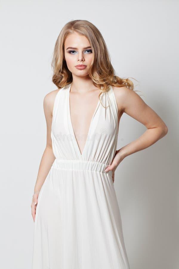 Mooie jonge vrouw in witte kleding royalty-vrije stock foto