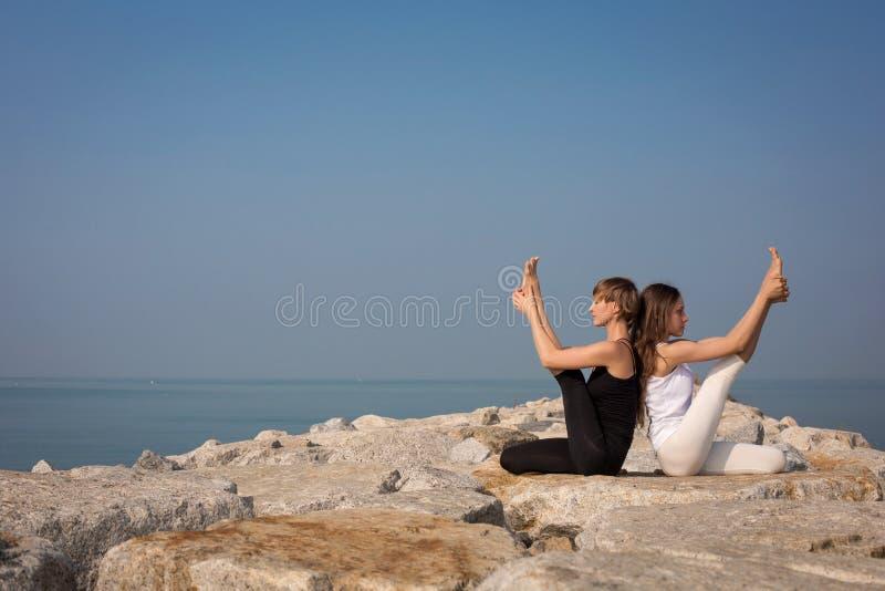 Mooie jonge vrouwelijke het praktizeren yoga royalty-vrije stock foto