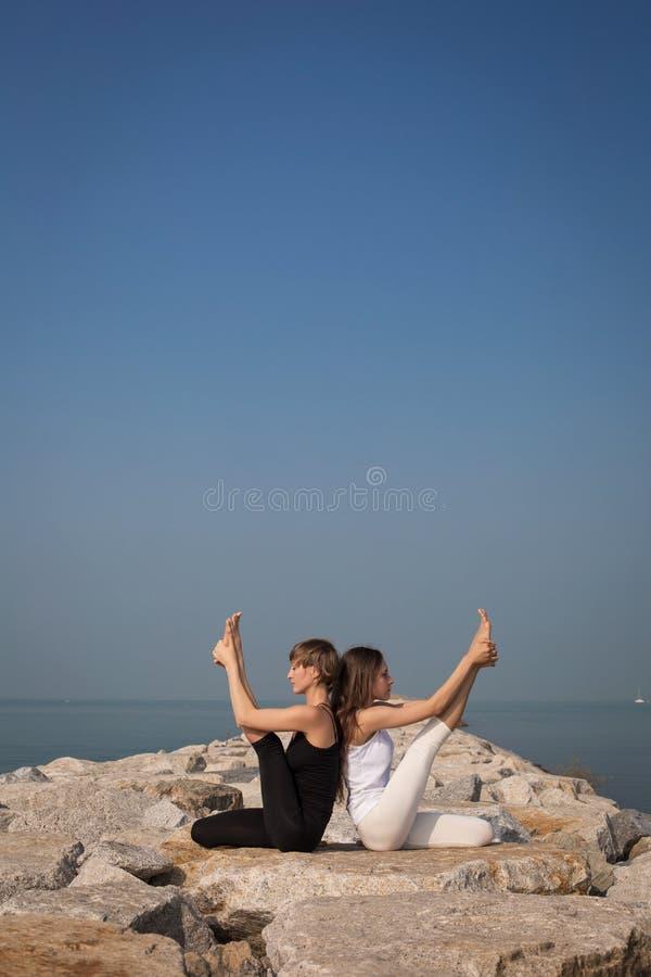 Mooie jonge vrouwelijke het praktizeren yoga stock afbeelding