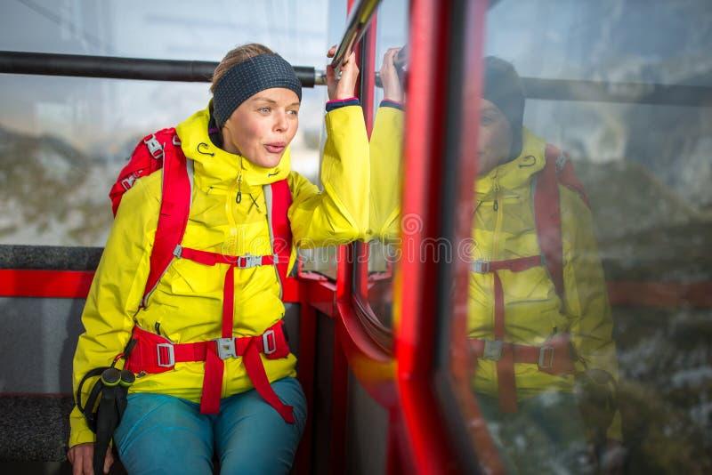 Mooie, jonge vrouwelijke wandelaar die in hooggebergte lopen royalty-vrije stock foto