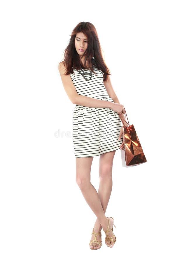 Mooie jonge vrouwen die het winkelen zak dragen. stock foto
