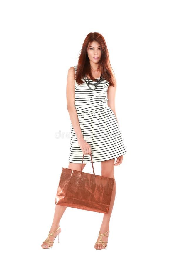 Mooie jonge vrouwen die het winkelen zak dragen. stock afbeelding