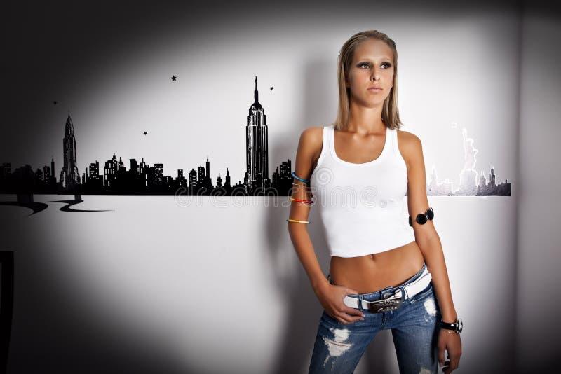 Mooie jonge vrouwen die jeans dragen royalty-vrije stock foto's
