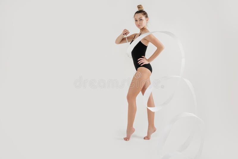 Mooie jonge vrouwen lenige uitoefenaar in de studio Moderne danser royalty-vrije stock afbeeldingen
