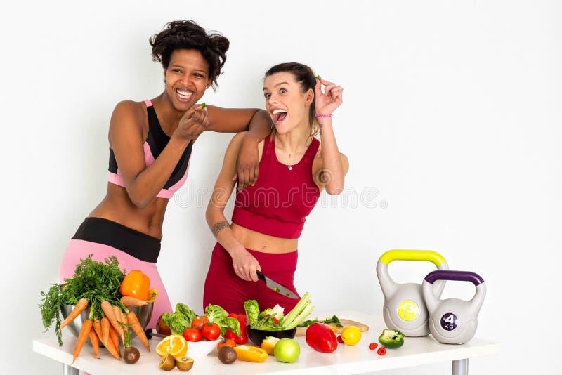 Mooie jonge vrouwen met gezonde vruchten en groenten op witte achtergrond Het concept van het dieet - Beeld royalty-vrije stock foto's