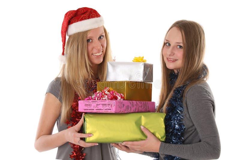 Mooie jonge vrouwen met giften voor Kerstmis royalty-vrije stock foto's