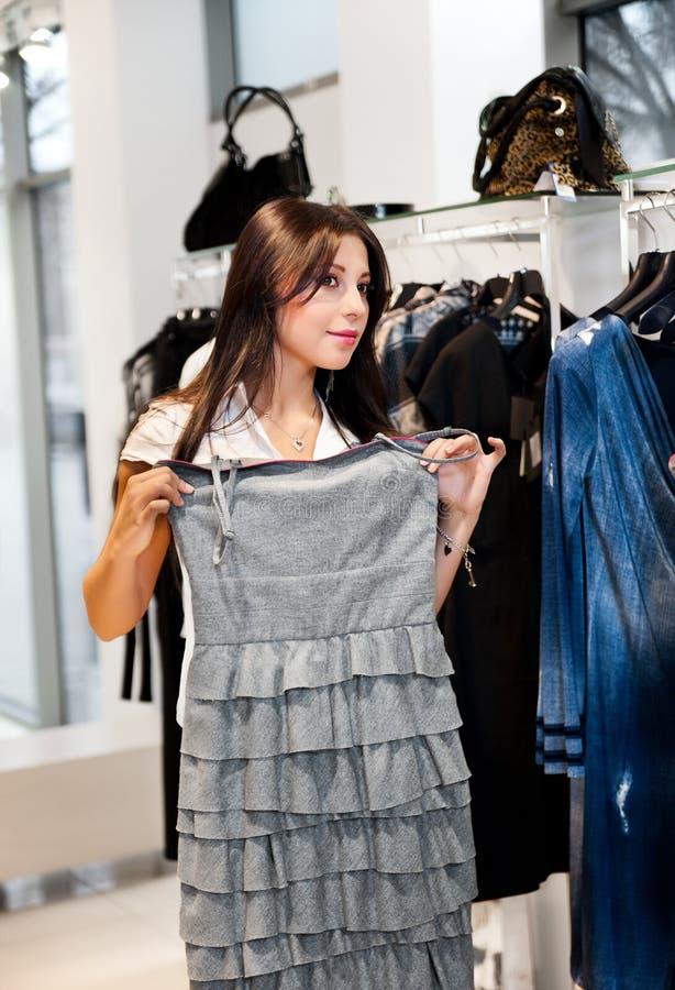 Mooie jonge vrouwen met grijze kleding royalty-vrije stock afbeelding