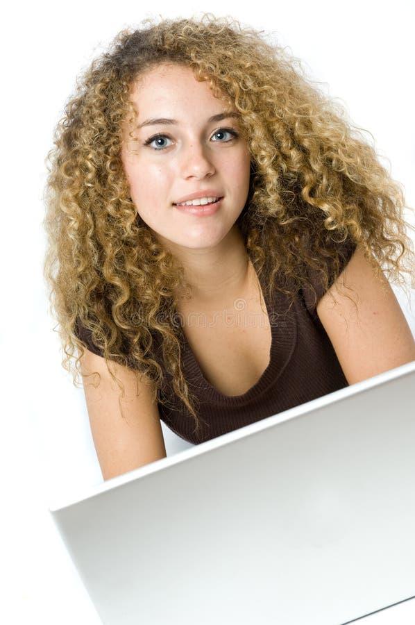 Mooie jonge vrouwen op de computer royalty-vrije stock fotografie