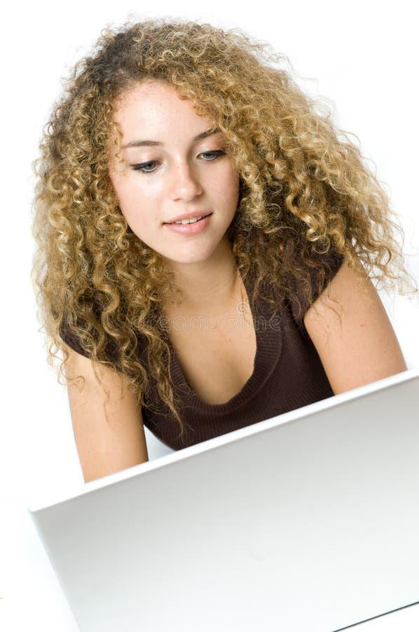 Mooie jonge vrouwen op de computer royalty-vrije stock afbeeldingen