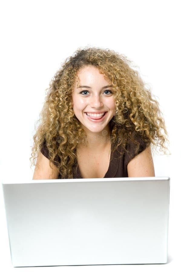 Mooie jonge vrouwen op de computer stock afbeelding
