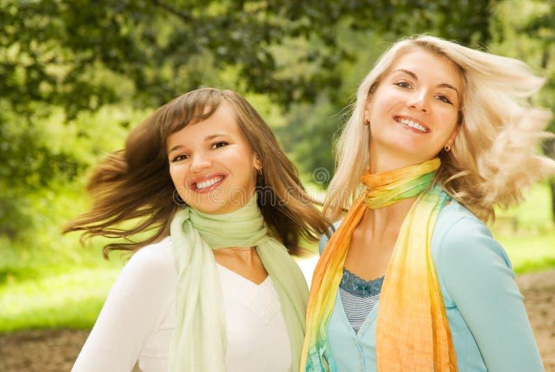 Mooie jonge vrouwen in openlucht stock fotografie