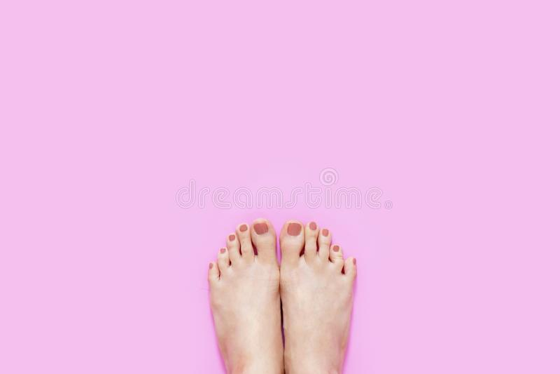 Mooie Jonge Vrouwenbenen en Voeten op Roze Kleur, Exemplaarruimte Van de schoonheidsmanicure en Pedicure Naakte Voeten Spijkers e royalty-vrije stock fotografie