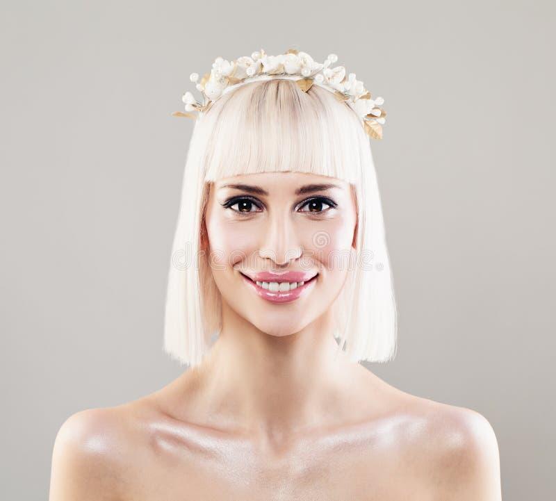 Mooie Jonge Vrouwenbruid met Blonde Bob Hairdo stock foto