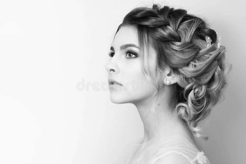 Mooie jonge vrouwenbruid met huwelijkskapsel royalty-vrije stock afbeeldingen