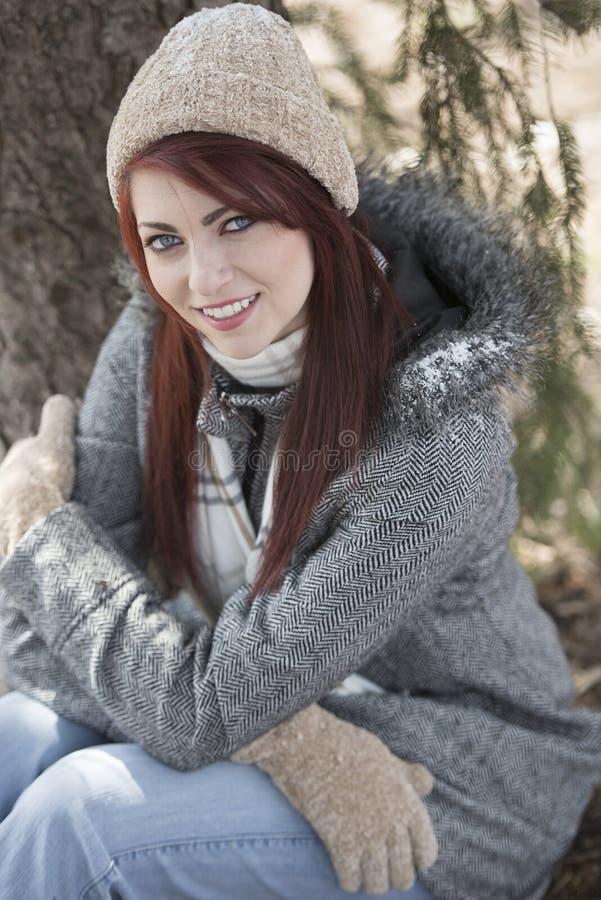 Mooie jonge vrouwenbuitenkant - de winter stock foto's