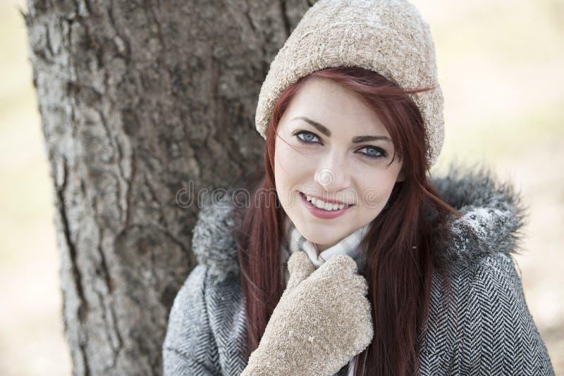 Mooie jonge vrouwenbuitenkant - de winter royalty-vrije stock afbeeldingen