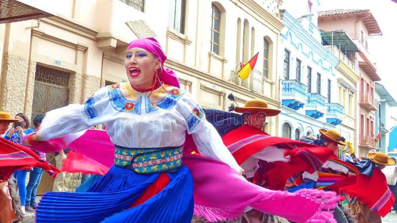 Mooie jonge vrouwendanser in kleurrijk volkskostuum ecuador stock foto