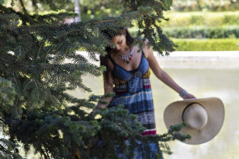 Mooie jonge vrouwenlezing in het park stock afbeelding