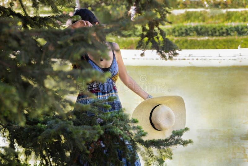 Mooie jonge vrouwenlezing in het park royalty-vrije stock fotografie