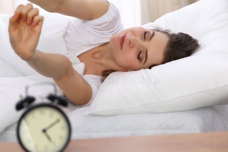Mooie jonge vrouwenslaap terwijl het liggen in haar bed Concept prettig en rust herstel voor het actieve leven royalty-vrije stock afbeelding
