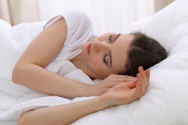 Mooie jonge vrouwenslaap terwijl het liggen in haar bed Concept prettig en rust herstel voor het actieve leven royalty-vrije stock foto's