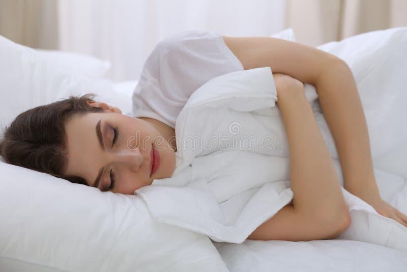 Mooie jonge vrouwenslaap terwijl het liggen in haar bed Concept prettig en rust herstel voor het actieve leven stock foto's