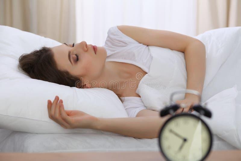 Mooie jonge vrouwenslaap terwijl het liggen in haar bed Concept prettig en rust herstel voor het actieve leven royalty-vrije stock afbeeldingen