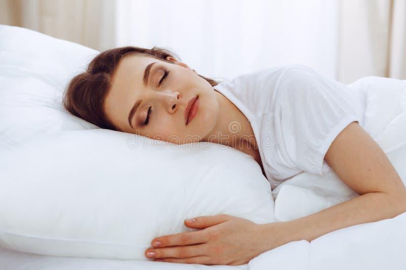 Mooie jonge vrouwenslaap terwijl het liggen in haar bed Concept prettig en rust herstel voor het actieve leven stock fotografie