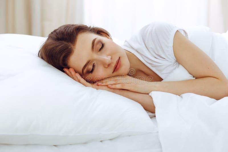 Mooie jonge vrouwenslaap terwijl het liggen in haar bed Concept prettig en rust herstel voor het actieve leven royalty-vrije stock fotografie