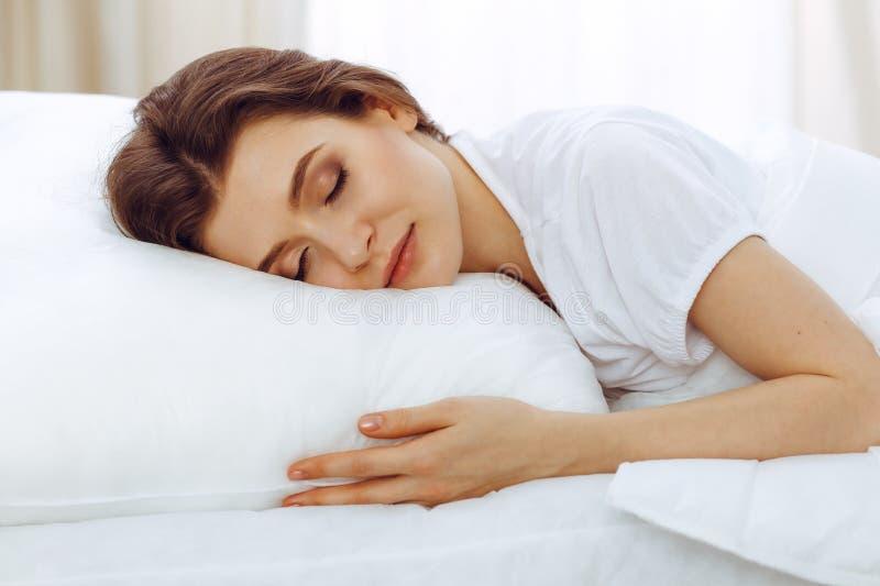 Mooie jonge vrouwenslaap terwijl het liggen in haar bed Concept prettig en rust herstel voor het actieve leven stock afbeelding