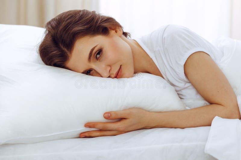 Mooie jonge vrouwenslaap terwijl het liggen in haar bed Concept prettig en rust herstel voor het actieve leven stock afbeeldingen