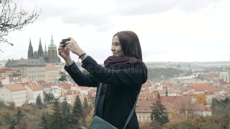 Mooie Jonge Vrouwentoerist in Praag die, die Selfie maken of Foto met Haar Mobiele Telefoon nemen, die Concept reizen royalty-vrije stock foto's