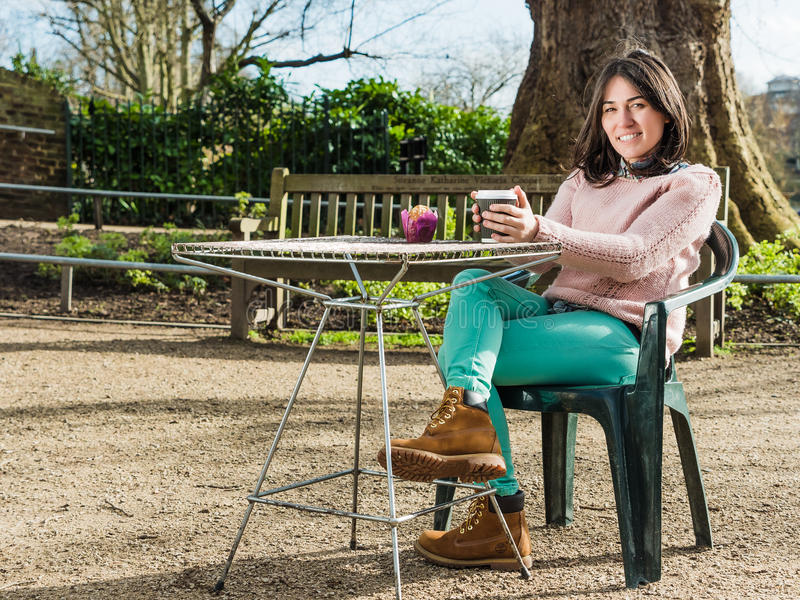 Mooie Jonge Vrouwenzitting alleen in een Koffie Openlucht royalty-vrije stock foto