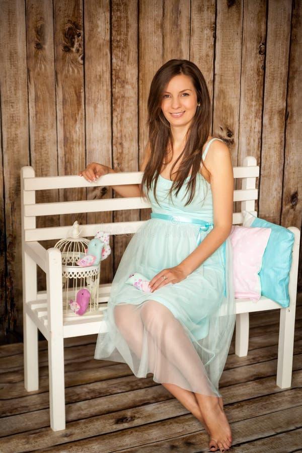 Mooie jonge zwangere vrouw in een studio royalty-vrije stock fotografie
