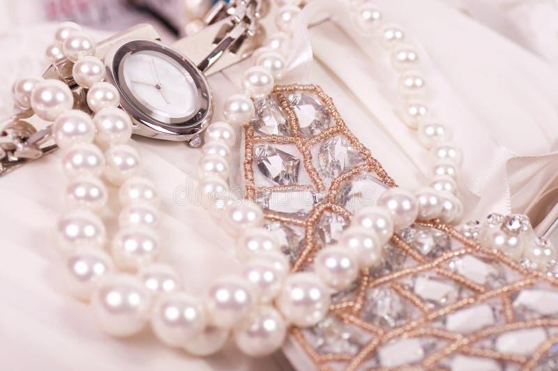 Mooie juwelen en klok stock afbeelding