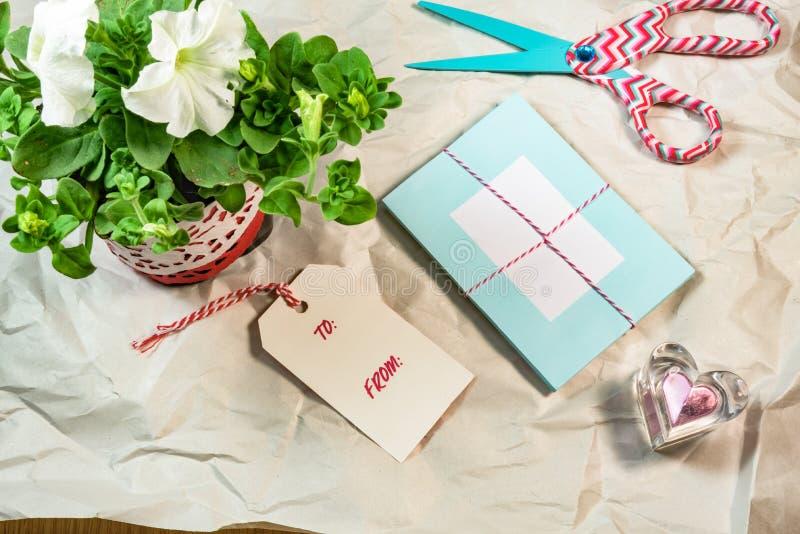 Mooie kaarten, markeringen, Petunia, hartvorm op het rimpel Witboek stock afbeelding