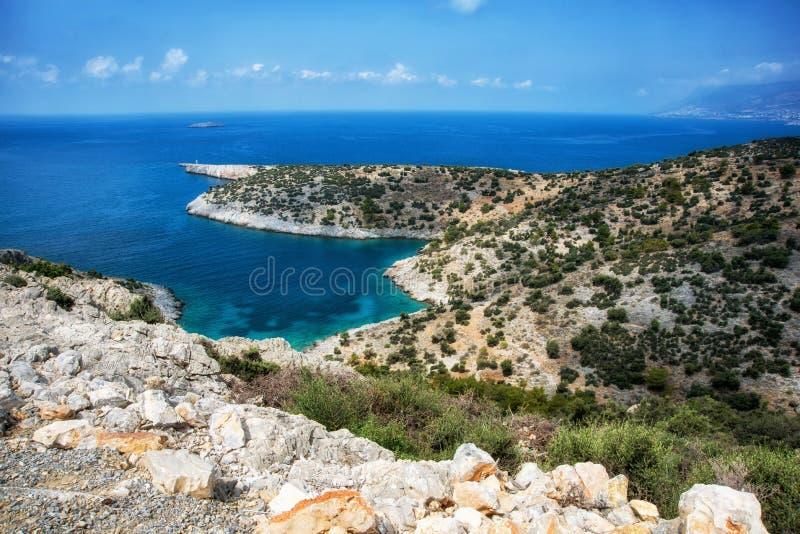 Mooie kalme baai met pijnboombomen en blauwe duidelijke overzees bij warme zonnige de zomerdag Middellandse Zee, Turkije stock fotografie