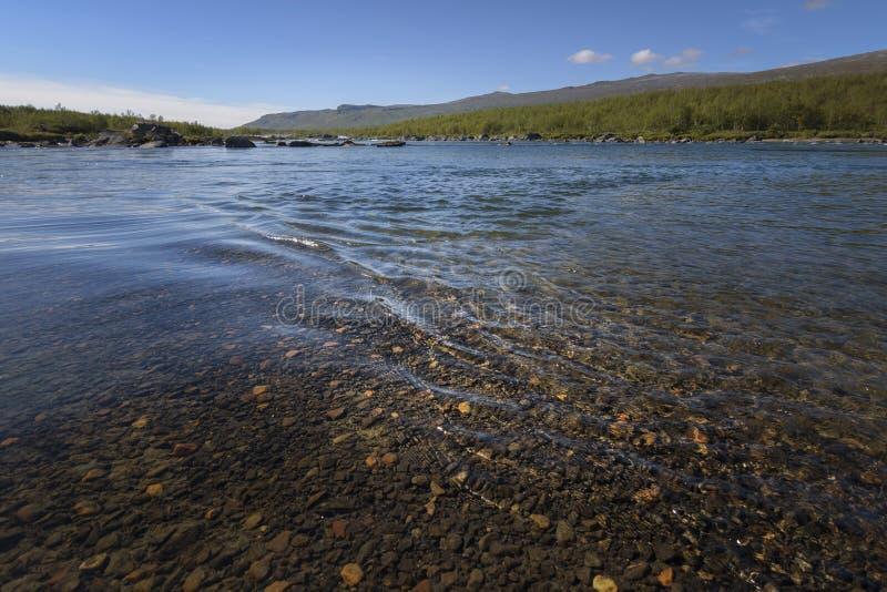 Mooie kalme rimpelingen op het stromende water met verbazende de bodemstenen van de kleuringsrivier royalty-vrije stock afbeelding