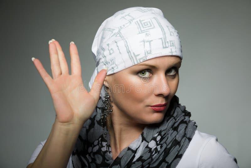 Mooie kankerpatiënt die van de middenleeftijdsvrouw headscarf dragen royalty-vrije stock foto