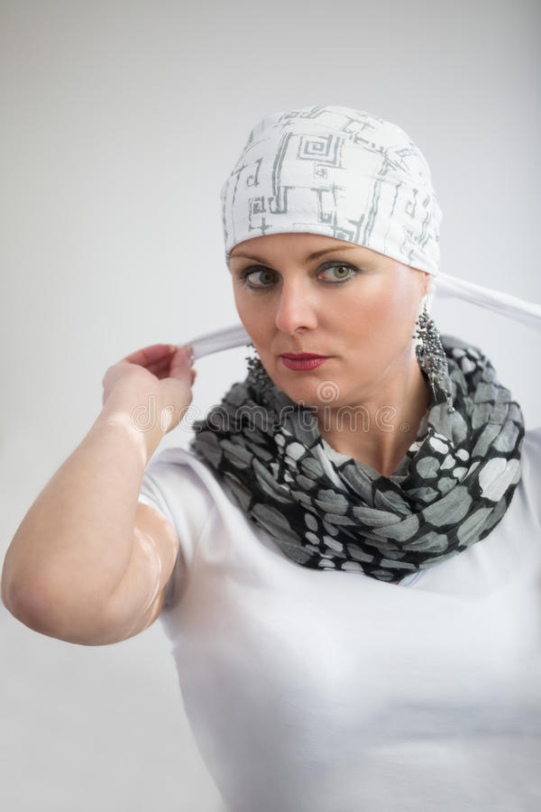 Mooie kankerpatiënt die van de middenleeftijdsvrouw headscarf dragen stock afbeelding