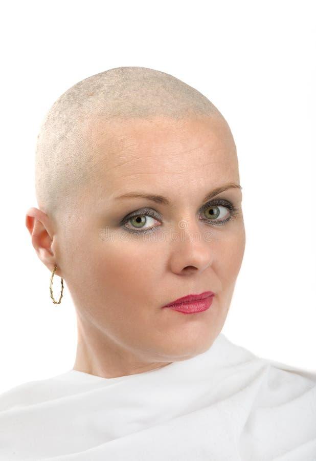 Mooie kankerpatiënt van de middenleeftijdsvrouw zonder haar royalty-vrije stock afbeeldingen