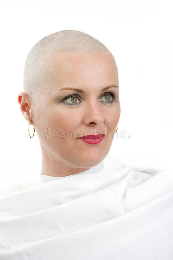 Mooie kankerpatiënt van de middenleeftijdsvrouw zonder haar royalty-vrije stock fotografie