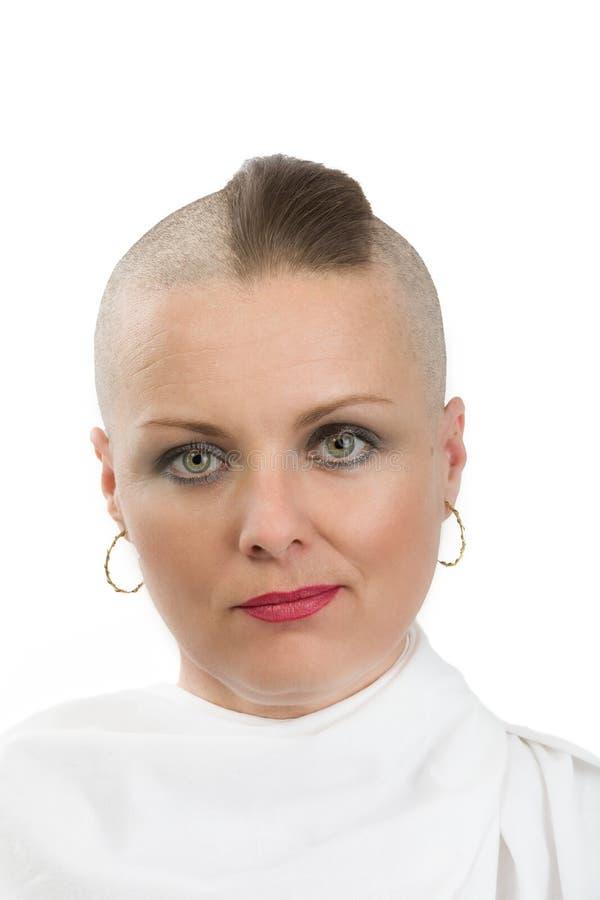Mooie kankerpatiënt van de middenleeftijdsvrouw zonder haar royalty-vrije stock afbeelding