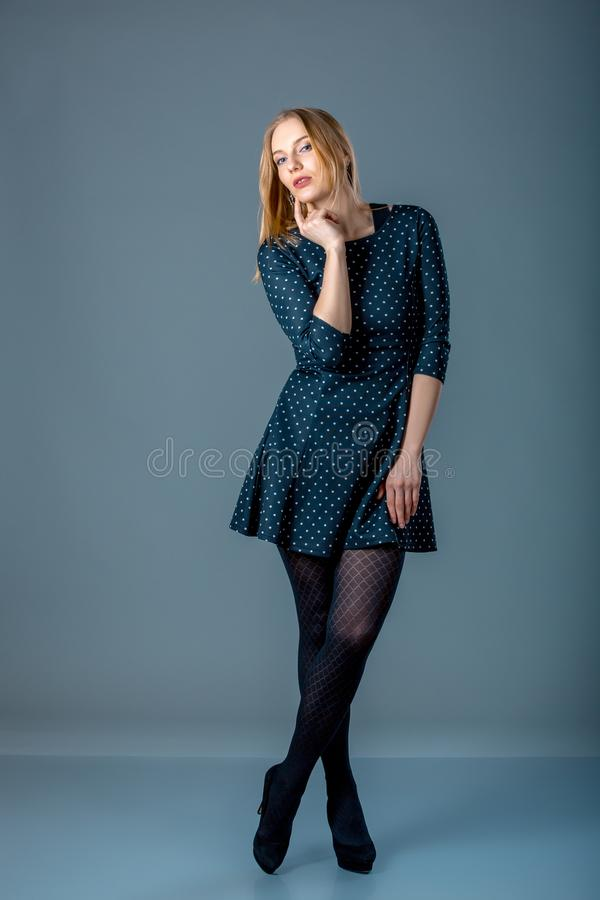 Mooie Kaukasisch plus groottevrouw in donkerblauwe stipkleding Volledig lengteportret van het aantrekkelijke jonge vrouwelijke st stock foto's