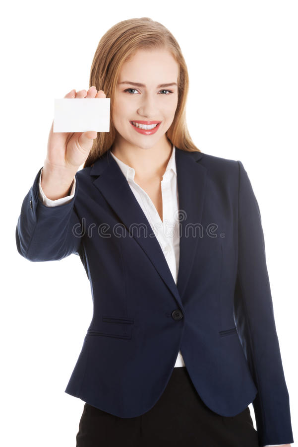 Mooie Kaukasische bedrijfsvrouw die persoonlijke kaart houden. stock foto