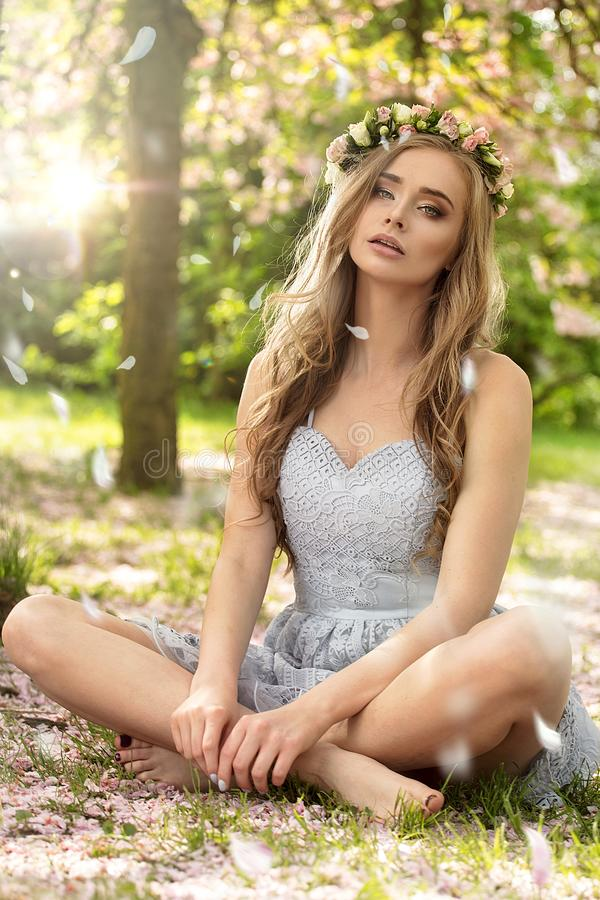 Mooie Kaukasische blondevrouw in tuin royalty-vrije stock foto